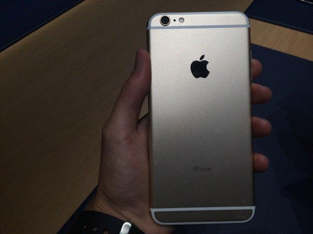 iPhone 6 Plus несколько проблематично держать одной рукой